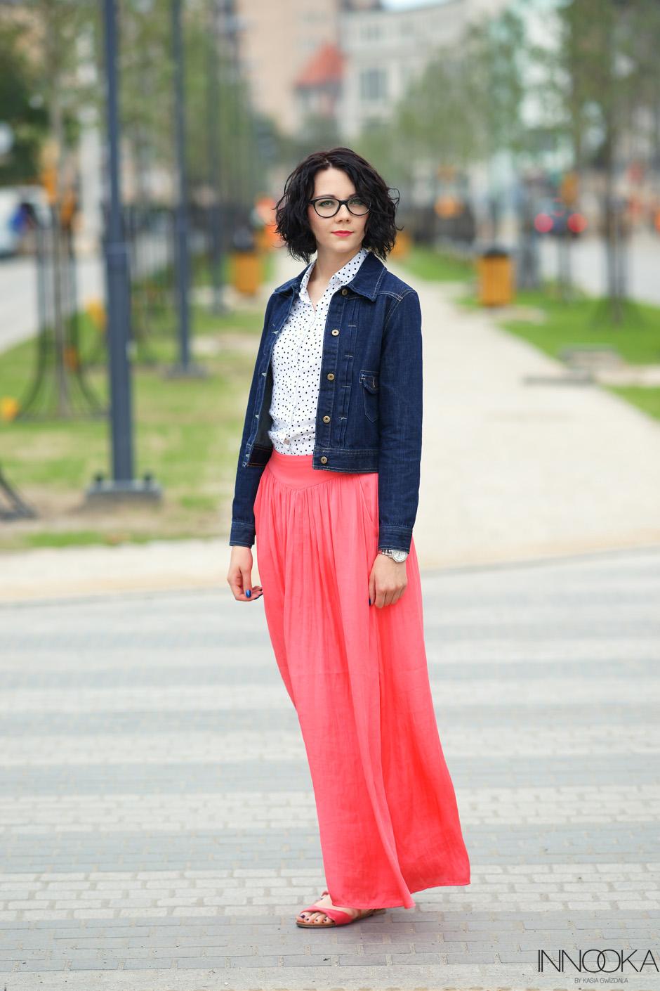 Koszula w groszki i długa koralowa spódnica dolne miasto gdańsk