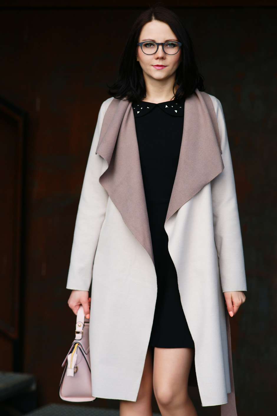 beżowy płaszcz złote pantofelki stylizacja innooka (11)