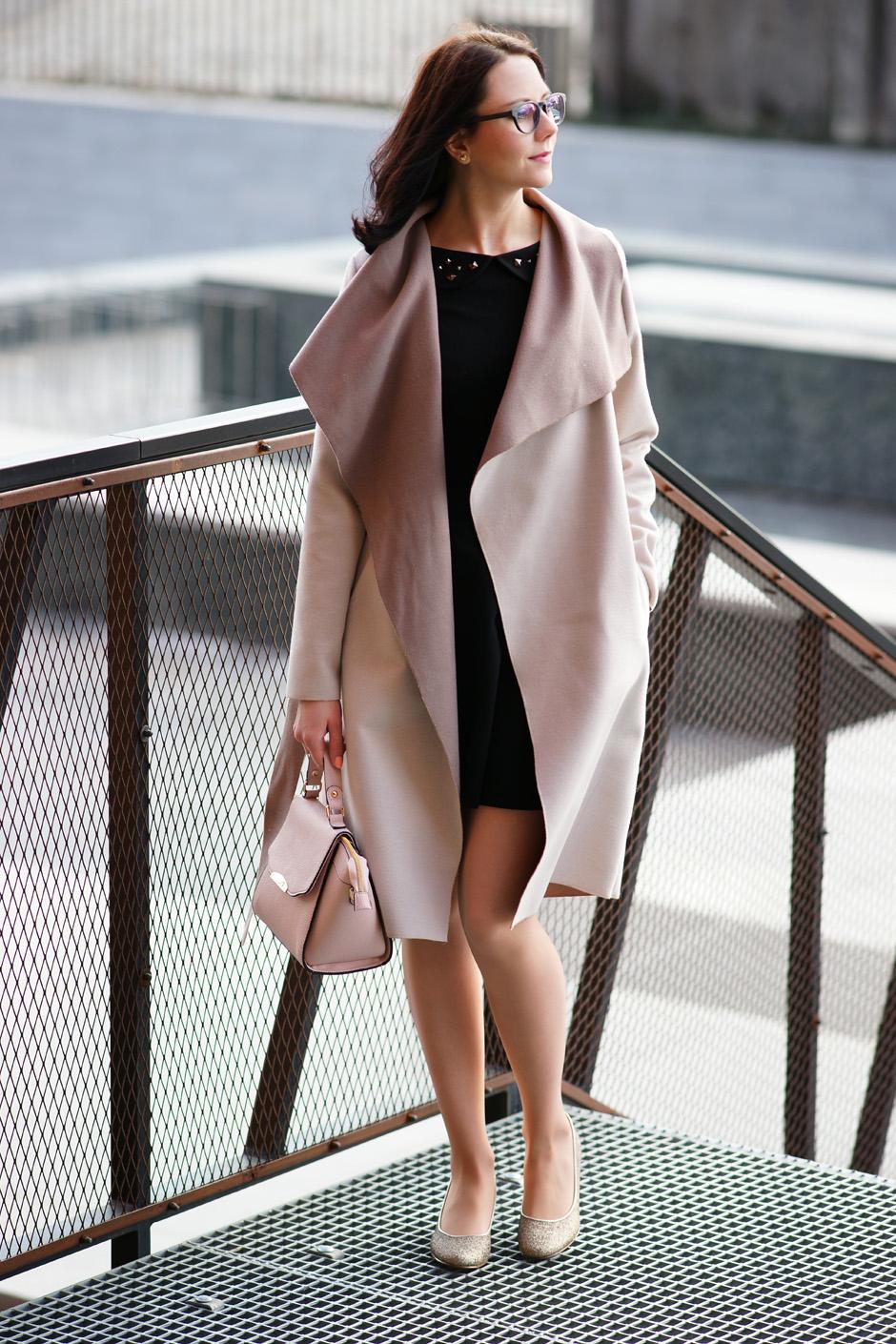 beżowy płaszcz złote pantofelki stylizacja innooka (12)