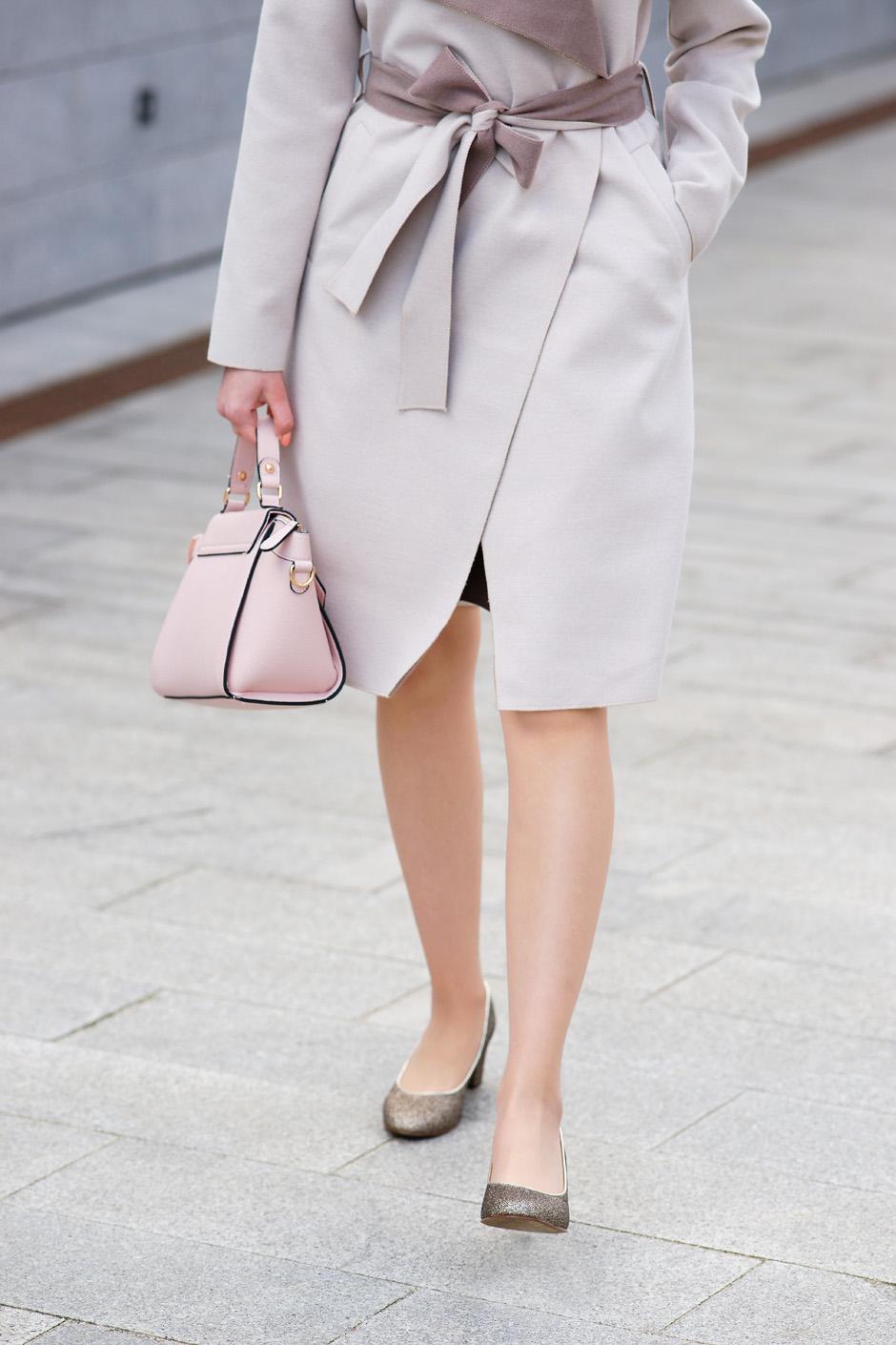 beżowy płaszcz złote pantofelki stylizacja innooka (4)