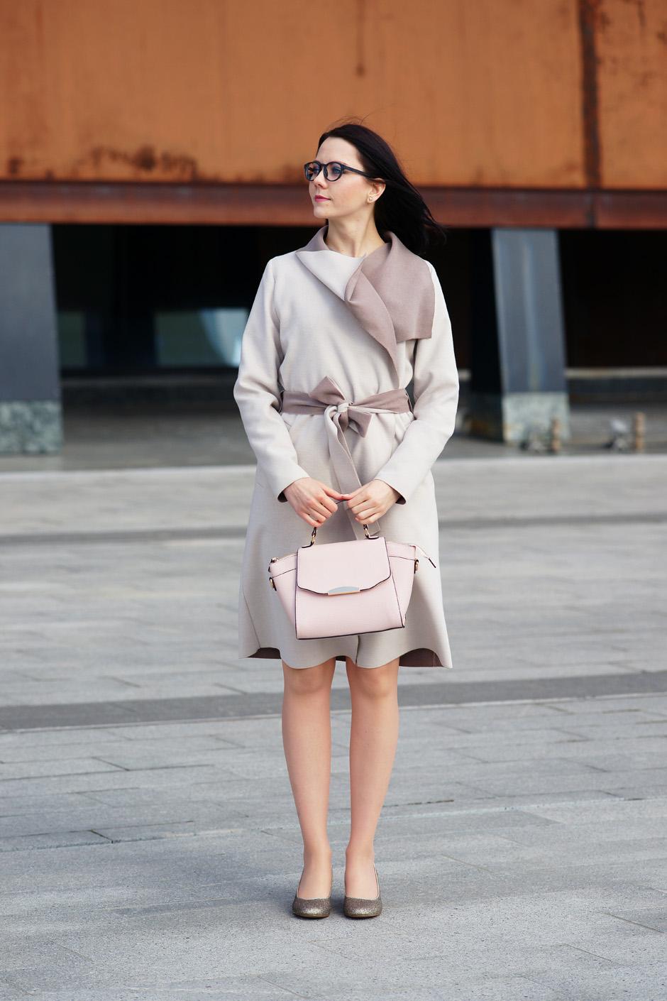 beżowy płaszcz złote pantofelki stylizacja innooka (7)