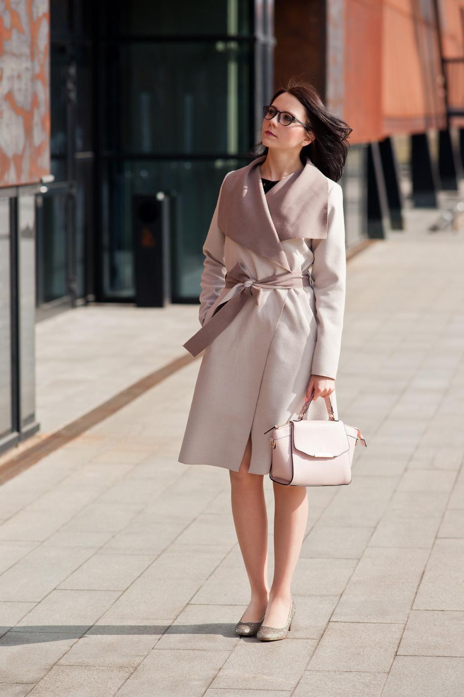 beżowy płaszcz złote pantofelki stylizacja innooka (8)