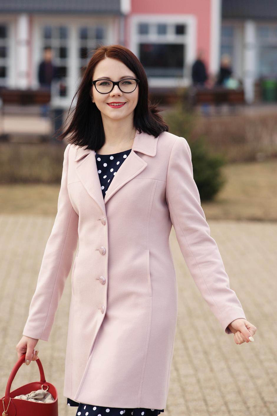 pudrowy płaszcz, sukienka w groszki stylizacja innooka (12)