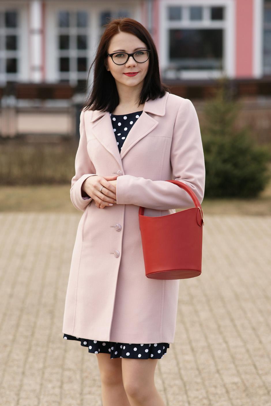 pudrowy płaszcz, sukienka w groszki stylizacja innooka (13)