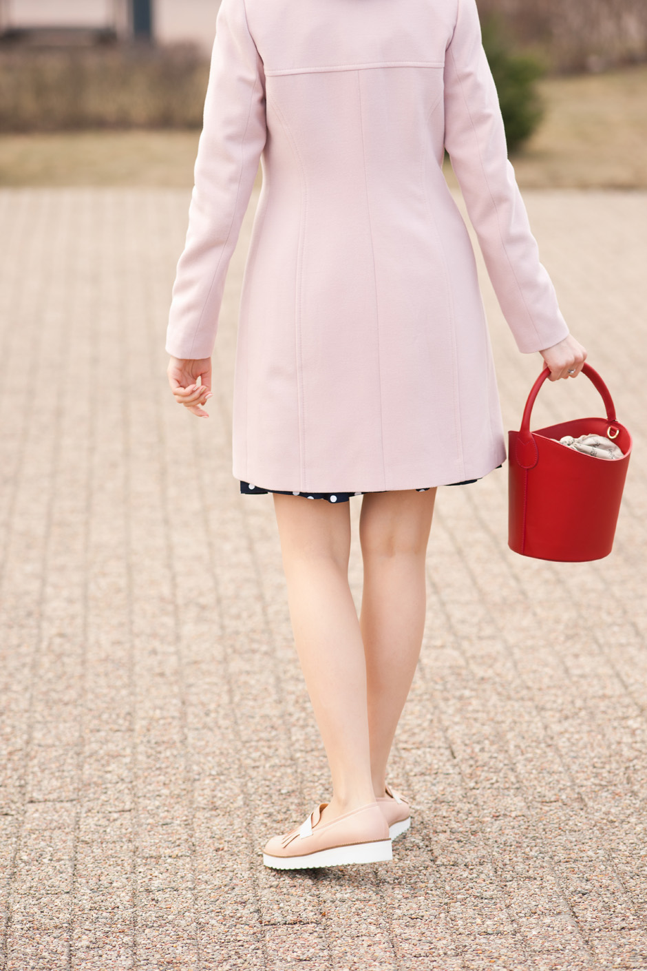 pudrowy płaszcz, sukienka w groszki stylizacja innooka (2)