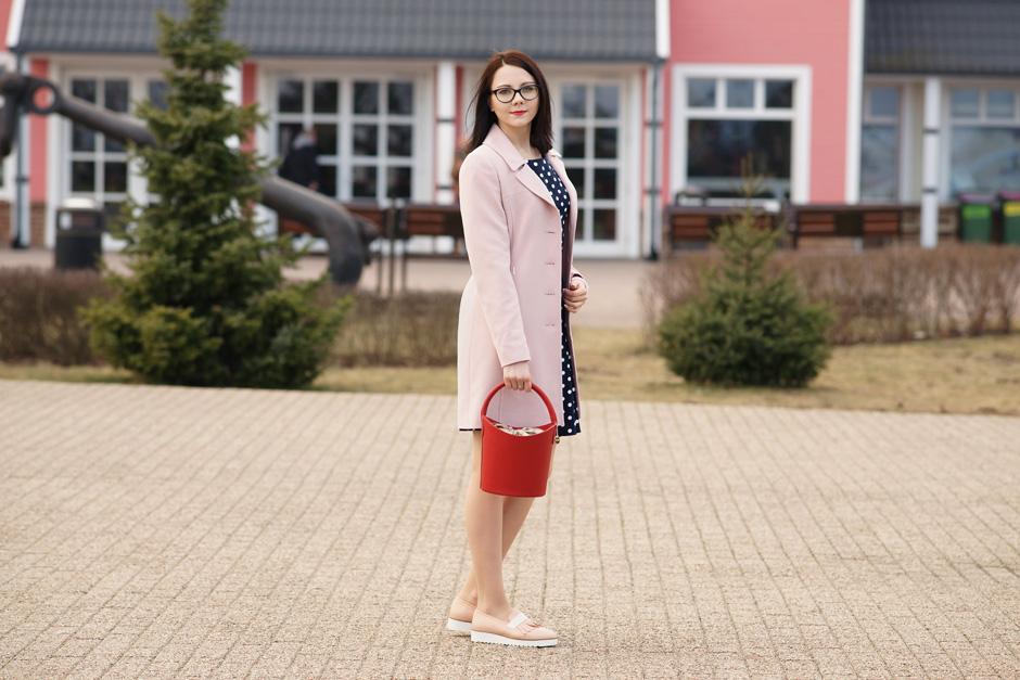 pudrowy płaszcz, sukienka w groszki stylizacja innooka (3)