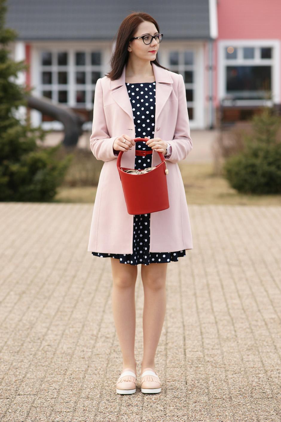 pudrowy płaszcz, sukienka w groszki stylizacja innooka (4)