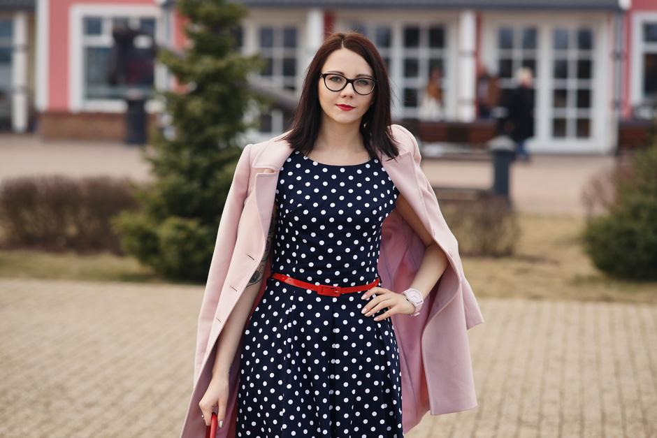 pudrowy płaszcz, sukienka w groszki stylizacja innooka (5)