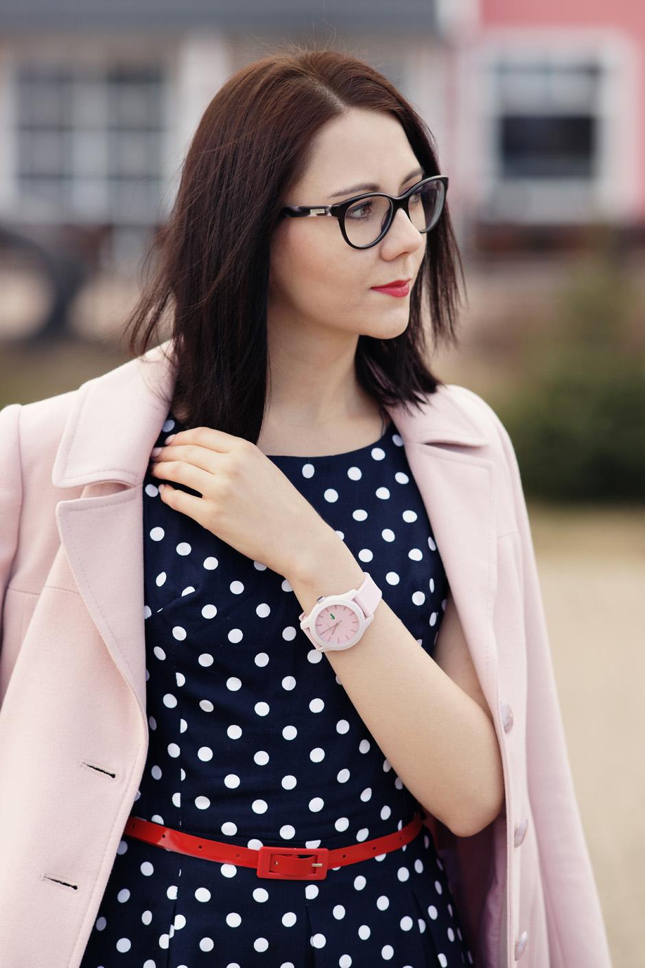 pudrowy płaszcz, sukienka w groszki stylizacja innooka (8)