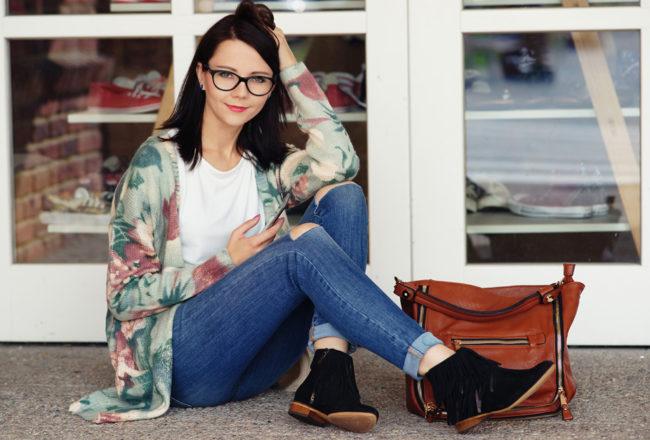 blogerka z telefonem stylizacja jesień