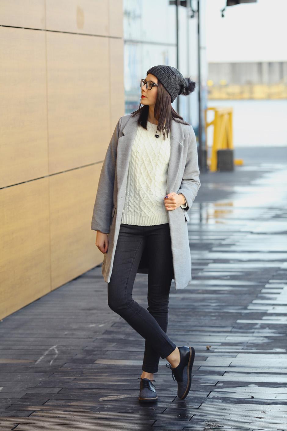 zimowa-stylizacja-filcowe-buty-clarks-bialy-sweter-i-wisior-z-wegla-11