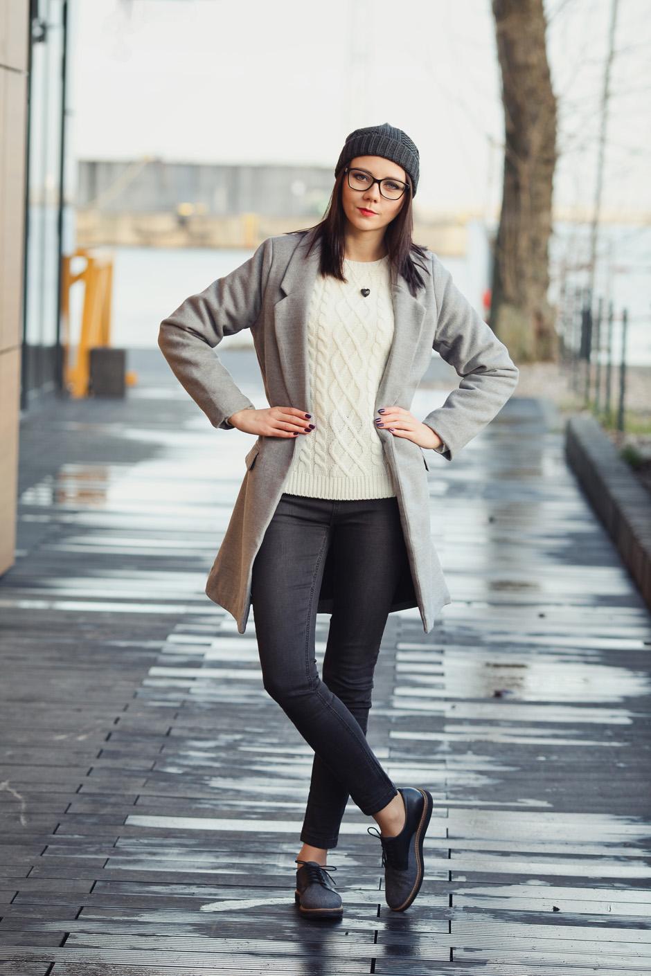 zimowa-stylizacja-filcowe-buty-clarks-bialy-sweter-i-wisior-z-wegla-13