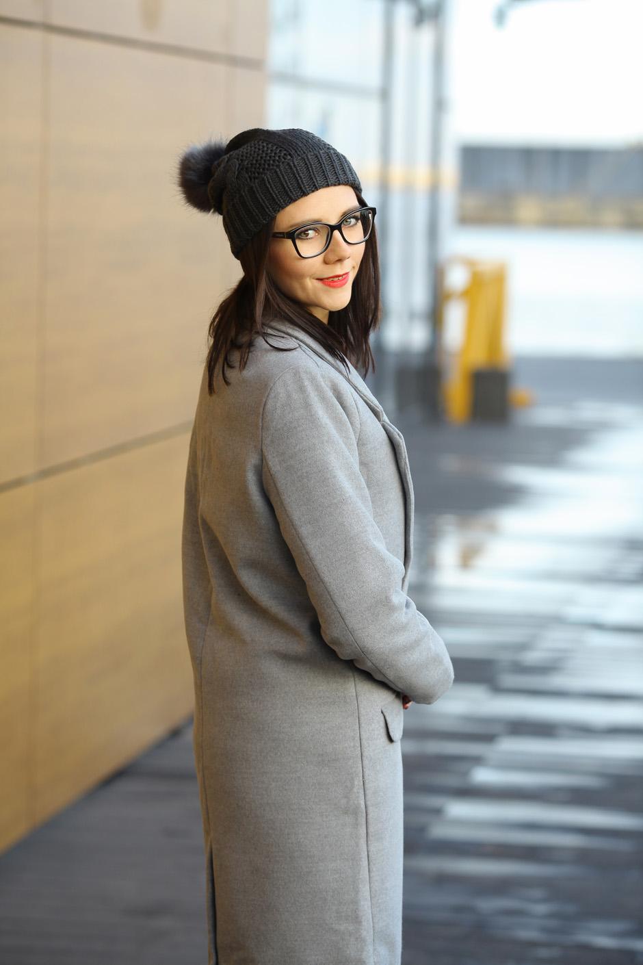zimowa-stylizacja-filcowe-buty-clarks-bialy-sweter-i-wisior-z-wegla-15