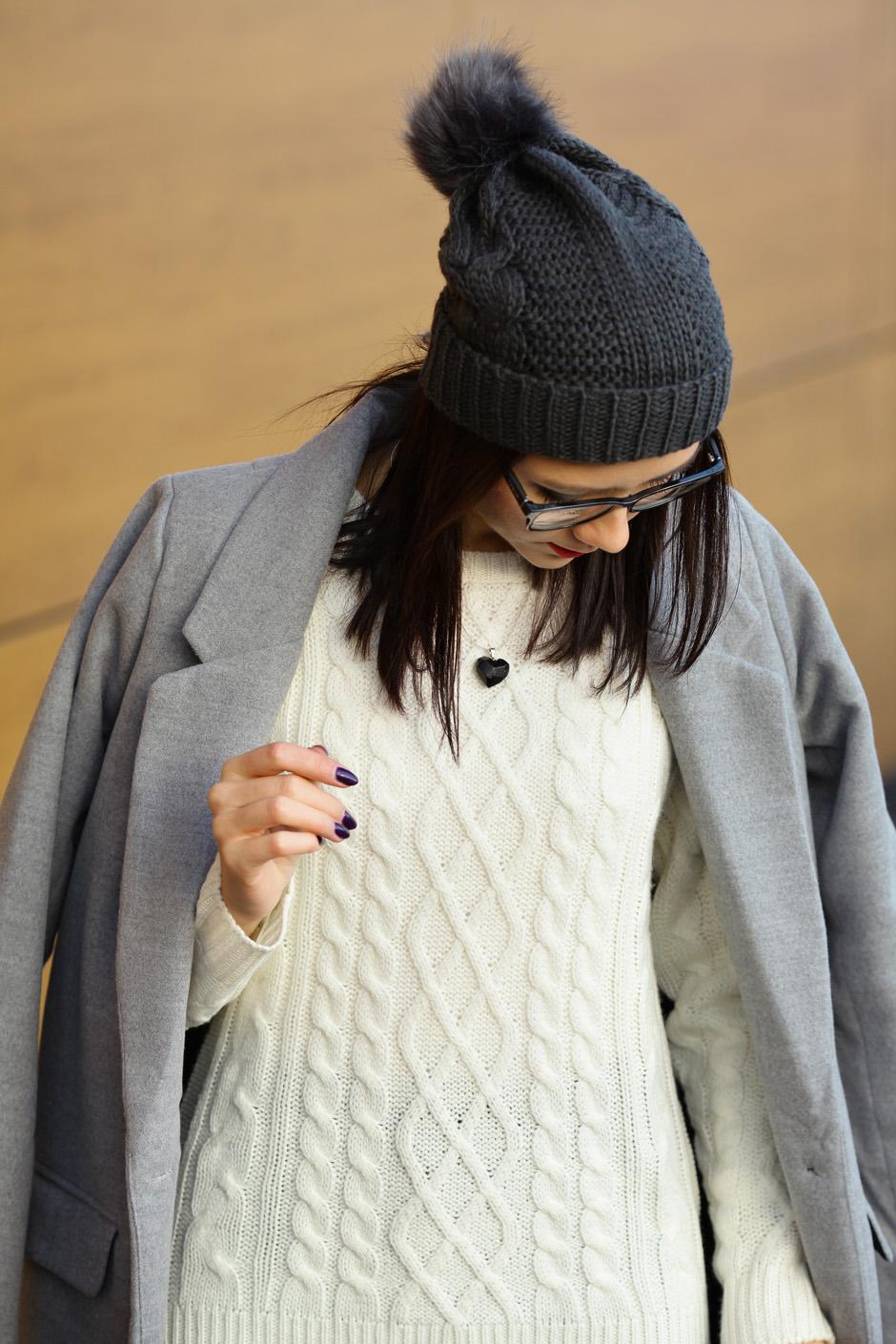 zimowa-stylizacja-filcowe-buty-clarks-bialy-sweter-i-wisior-z-wegla-16