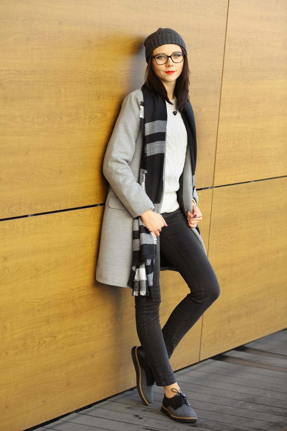 zimowa-stylizacja-filcowe-buty-clarks-bialy-sweter-i-wisior-z-wegla-31