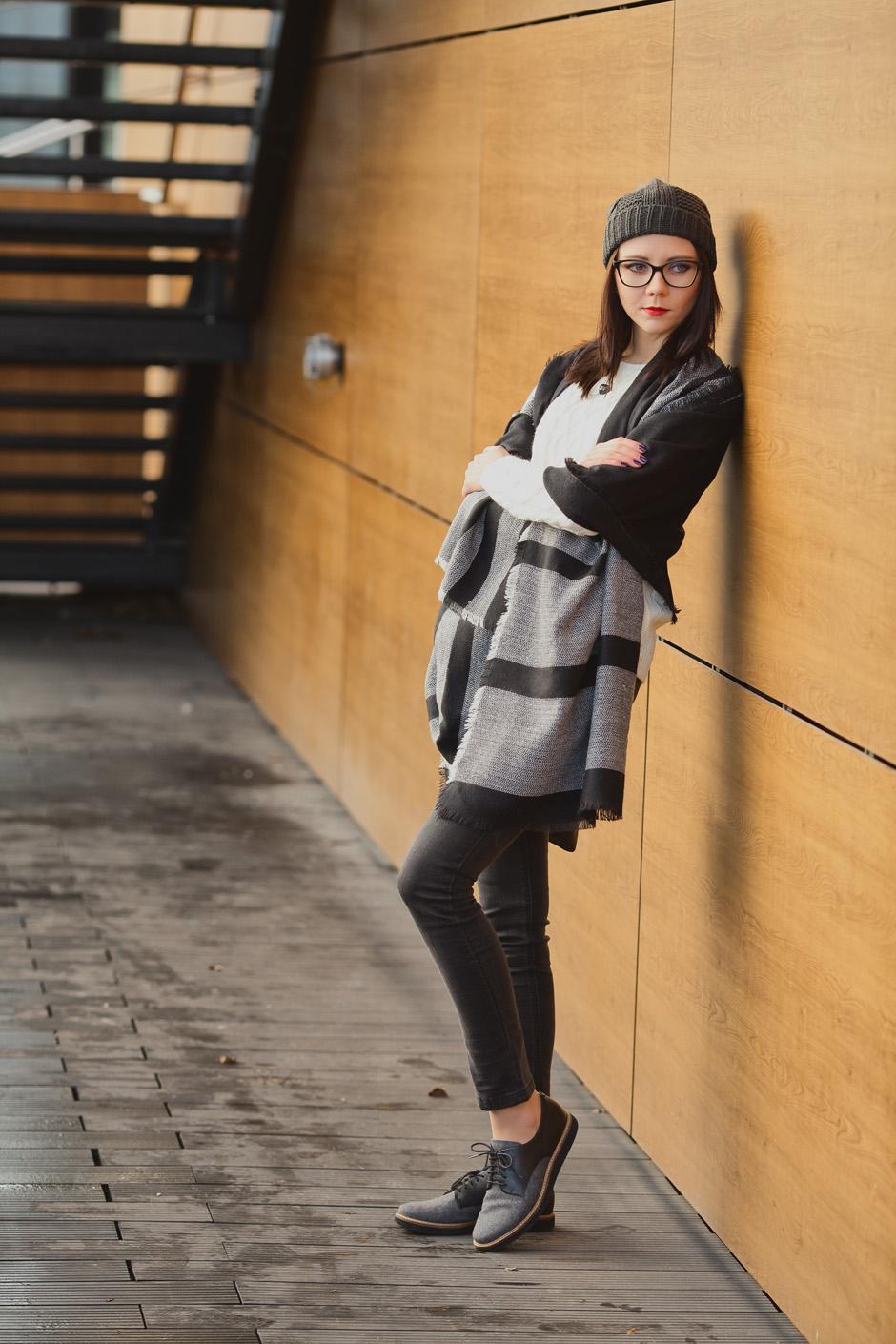zimowa-stylizacja-filcowe-buty-clarks-bialy-sweter-i-wisior-z-wegla-37