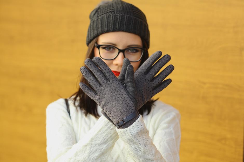 zimowa-stylizacja-filcowe-buty-clarks-bialy-sweter-i-wisior-z-wegla-42