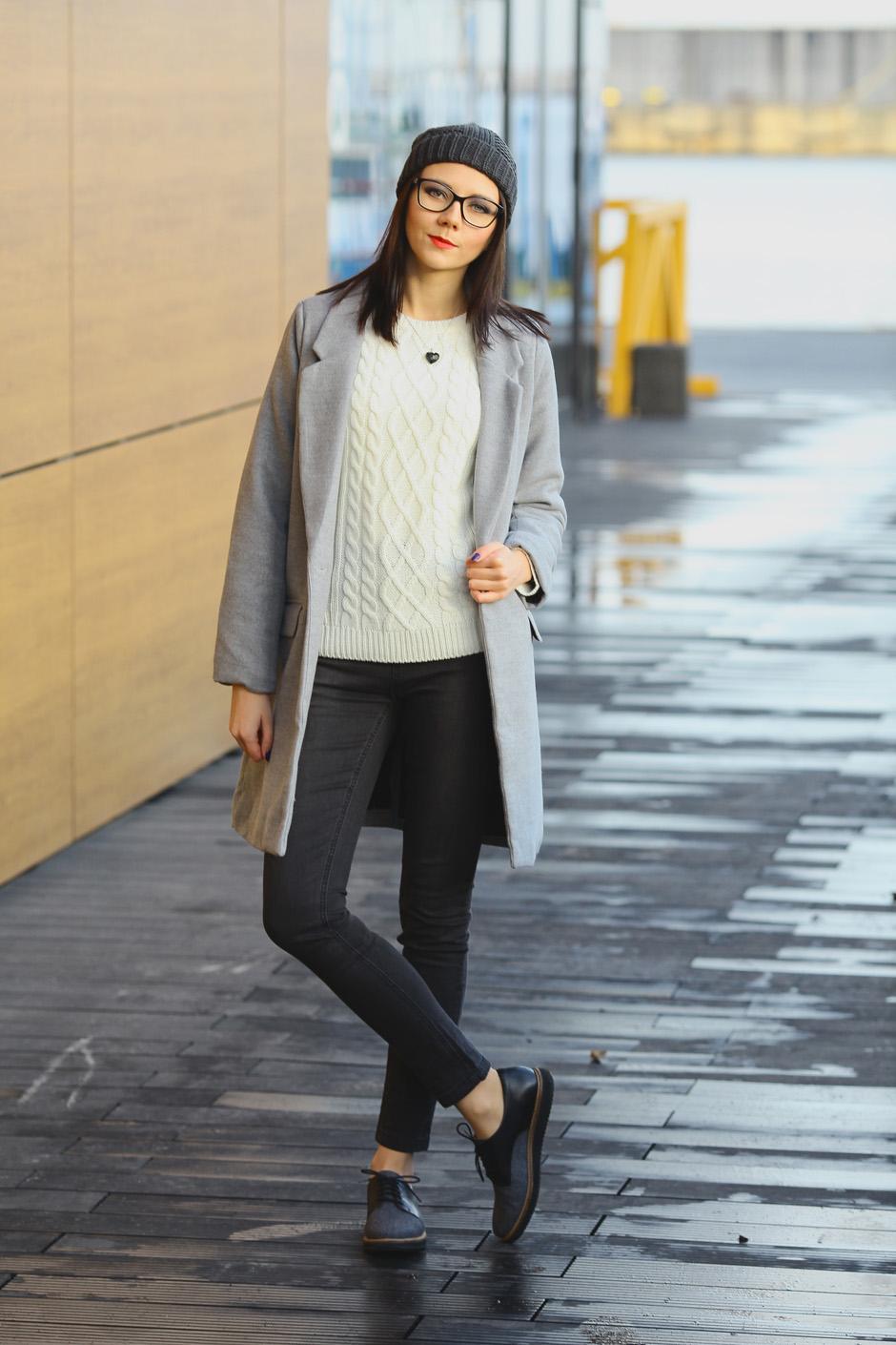 zimowa-stylizacja-filcowe-buty-clarks-bialy-sweter-i-wisior-z-wegla-9
