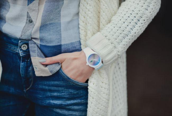 Ponadczasowy, kultowy jeans. Dwie stylizacje z jeansem w roli głównej. Sukienka czy spodnie?
