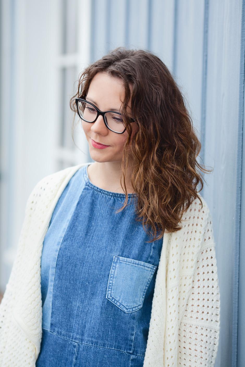 stylizacja z jeansową sukienką