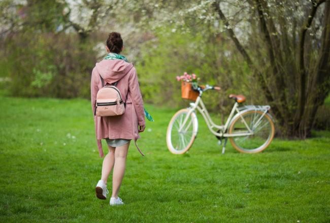 w sukience na rower