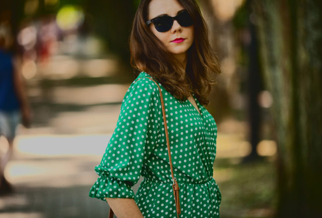 Kopertowa sukienka w groszki z falbaną, czyli najmodniejsza sukienka sezonu
