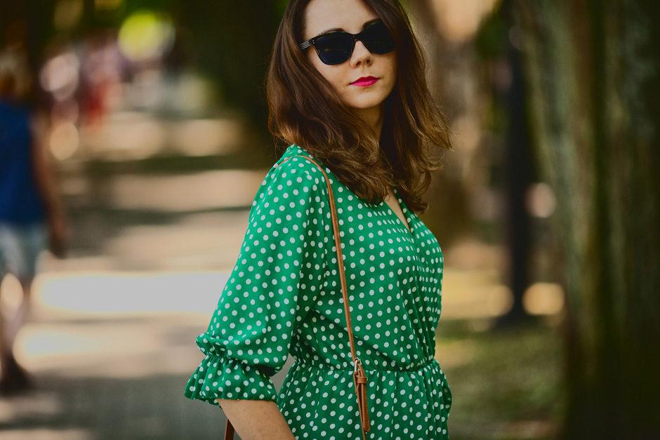 zielona kopertowa sukienka w groszki