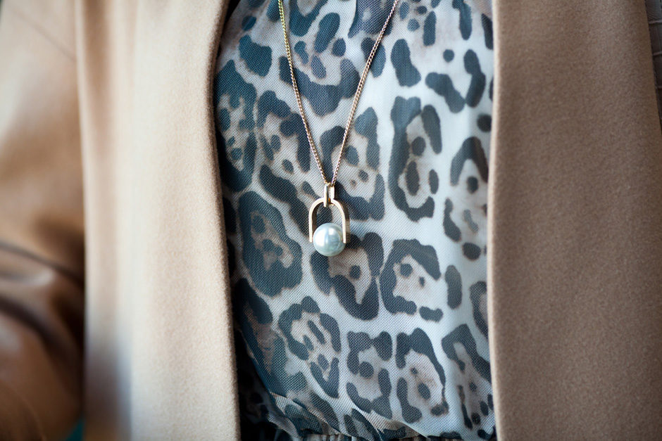 beżowy płaszcz i sukienka w panterkę
